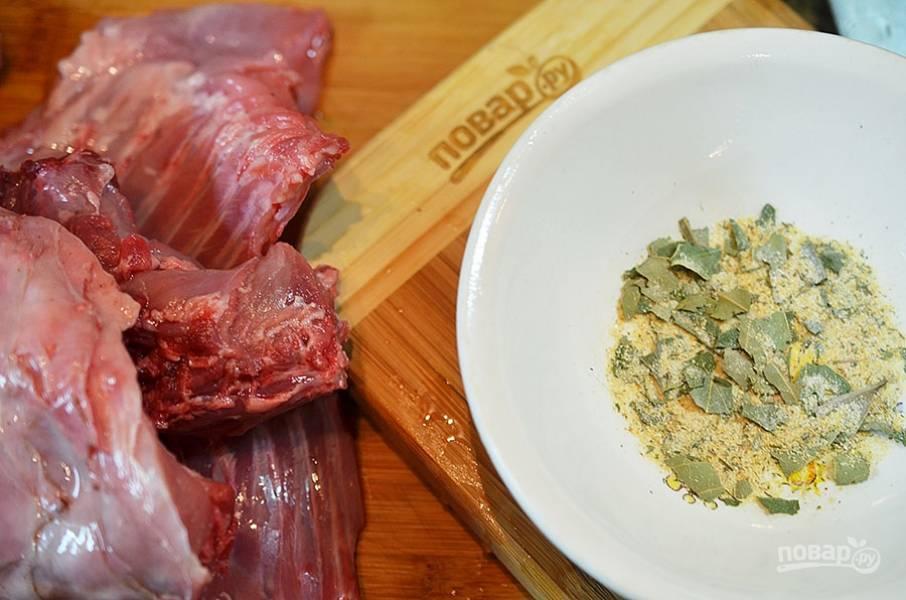 Лавровый лист, сухой тимьян и соль перетереть ступкой. Измельчить. Замариновать мясо кролика в этой смеси на 8-12 часов.