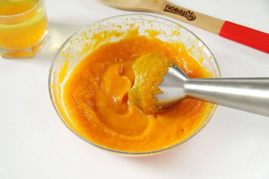 При помощи погружного блендера превратите тыкву в пюре. Если блендера нет, перетерите мякоть через сито.