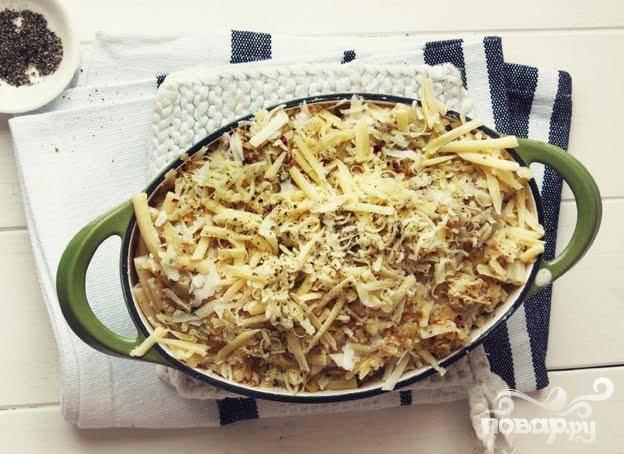 3. Смазать форму для выпекания маслом, добавить макароны с молочной смесью. Посыпать сверху блюдо оставшейся половиной сыра.