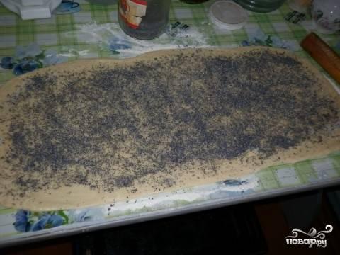 3. Распределите тонким слоем маковую начинку и при желании присыпьте дополнительно сахаром (в тесто в таком случае можно добавить всего пару ложек сахара).