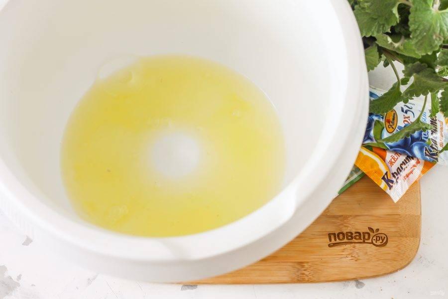 Влейте в чашу кухонного комбайна белки и начните взбивать на самой высокой скорости техники примерно 3-4 минуты.