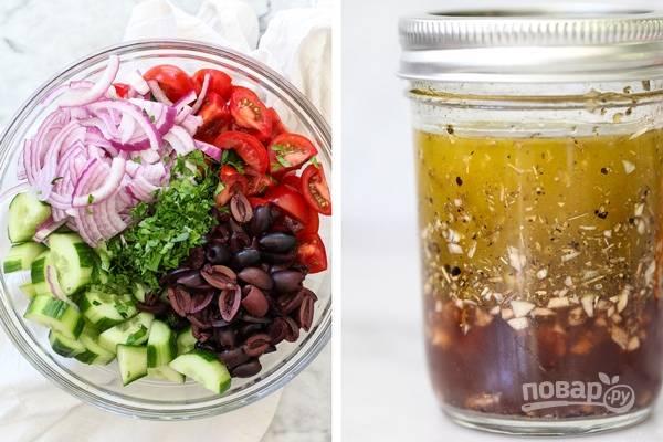 3. Овощи выложите в салатник. Отдельно приготовьте заправку: соедините оливковое масло и красный винный уксус, добавьте соль, специи, сахар и измельченный чеснок. Все как следует перемешайте.