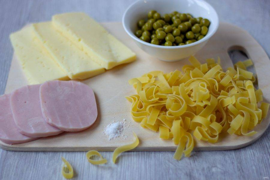 Для приготовления пасты нам понадобятся: паппарделле, ветчина, сыр твердый, зеленый горошек консервированный, соль.