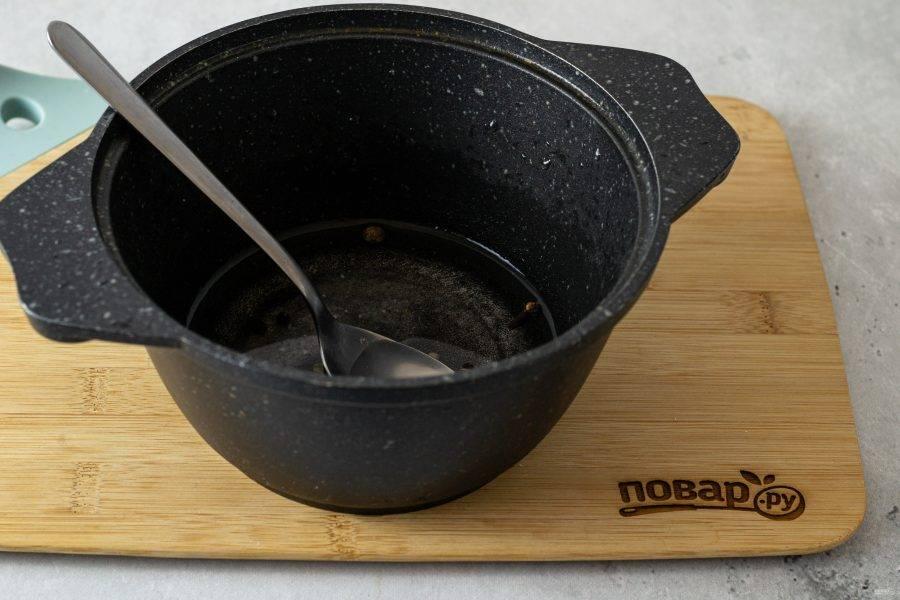Для маринада вскипятите воду, добавьте сахар, соль и все пряности. Влейте уксус и дайте покипеть пару минут.