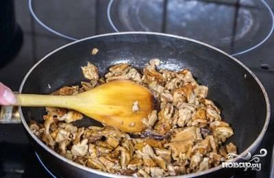 2. Грибы замочите в теплой воде на час, когда они разбухнут, отожмите воду. Мелко нарежьте и обжарьте на растительном масле.