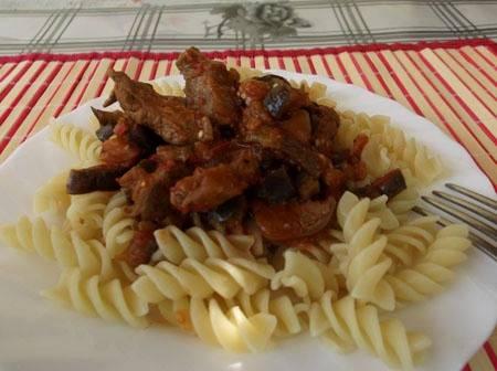 Говядина получается очень нежная, сочная и мягкая, а баклажаны придают всему блюду благородный вкус. Приятного всем аппетита!