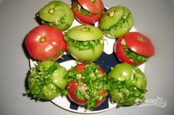 """3. На помидорах можно сделать 2 надреза сверху или аккуратно срезать их """"шляпку"""". Внутрь поместите начинку из чеснока и зелени."""
