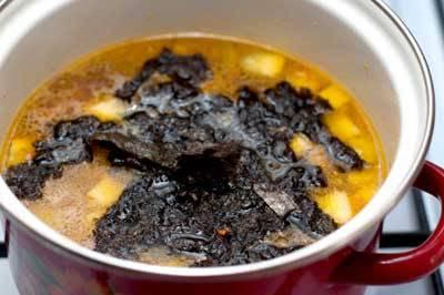 Отправляем водоросли в кастрюлю, туда же отправим нарезанный сыр. Солим, перчим.