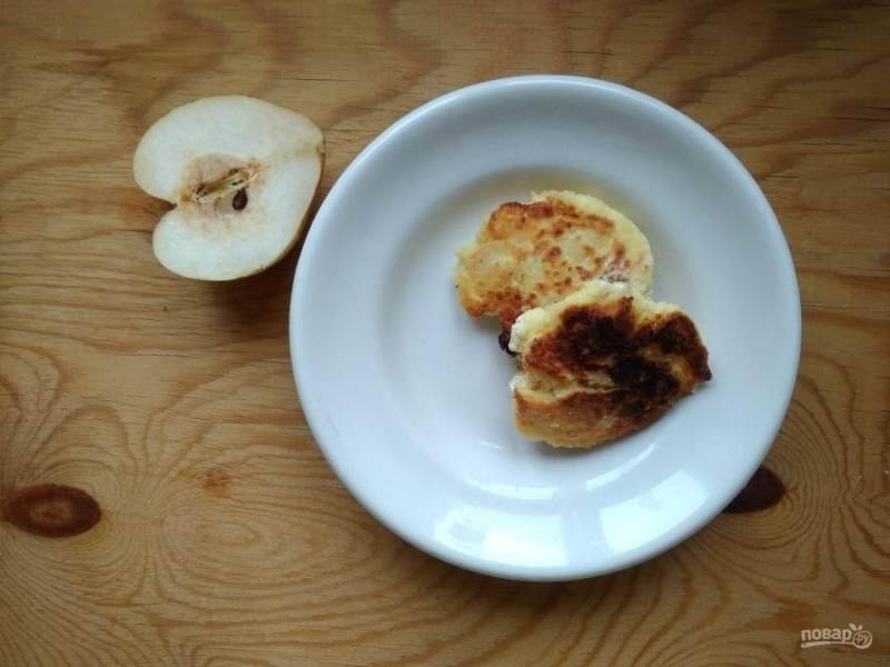 6. Далее обжарьте сырники в разогретом масле с обеих сторон до румяной корочки.