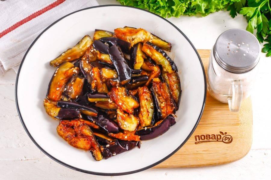 Выложите баклажаны в устричном соусе на тарелку.