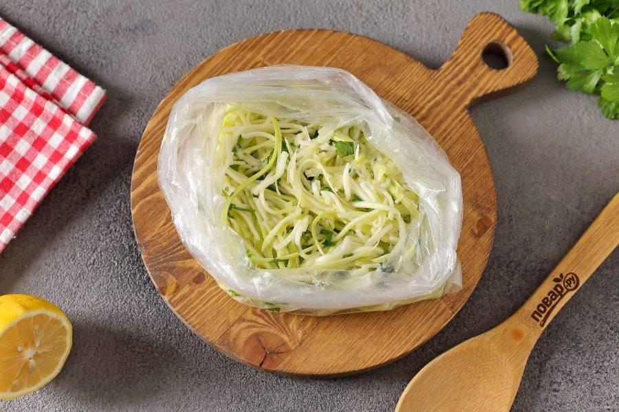 Переложите закуску в чистый целлофановый пакет, завяжите и уберите в холодильник на 3 часа. Периодически пакет необходимо встряхивать.