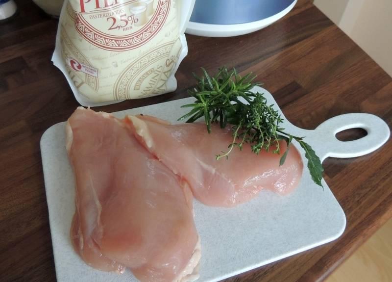 Удаляем из куриной грудки кость, убираем кожицу и жир, промываем филе под проточной водой.