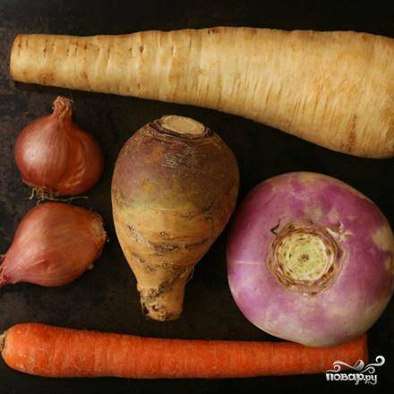 1. Разрезать лук пополам, если он небольшой, или на 4 части, если он крупный. Нарезать морковь и пастернак по диагонали ломтиками толщиной 6 мм. Нарезать брюкву кубиками размером 1 см. Нарезать розмарин. Измельчить тимьян.