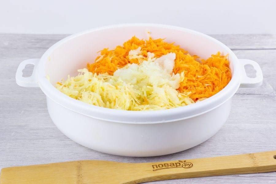 Картофель, морковь, лук и чеснок натрите на мелкой терке.