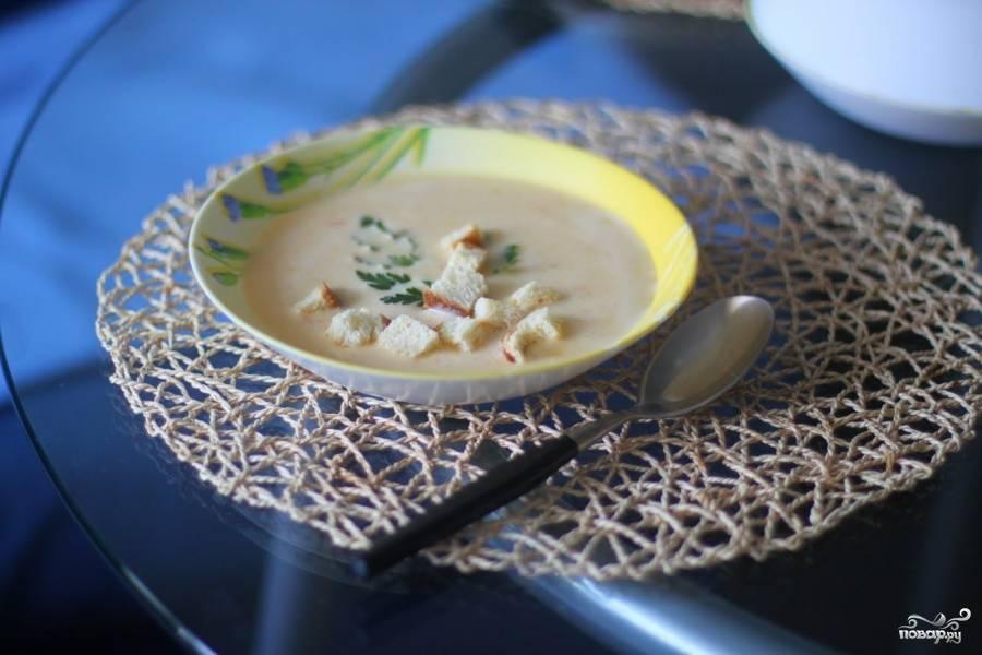 Суп отлично сочетается с сухариками из белого хлеба. Простой рецепт приготовления сухарей: хлеб нарезать кубиками и поставить в духовку на 15 - 20 мин, переодически их помешивая, чтоб не подгорели.