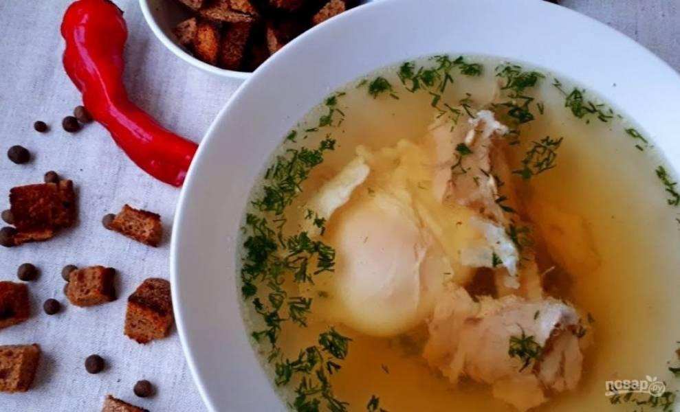 4. Петрушку и укроп мелко нарежьте, добавьте в бульон и дайте ему закипеть. Сразу выключите бульон. Подавайте с яйцом. Приятного аппетита!