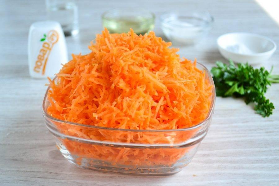 Морковь натрите на мелкой терке. Можно пропустить через мясорубку или измельчить в блендере, но такой вариант мне нравится больше.