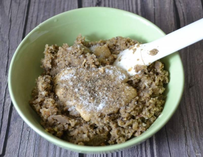 Добавьте к перемолотым баклажанам кунжутную пасту, сухой или свежий базилик, посолите, поперчите, добавьте по вкусу сахарный песок.