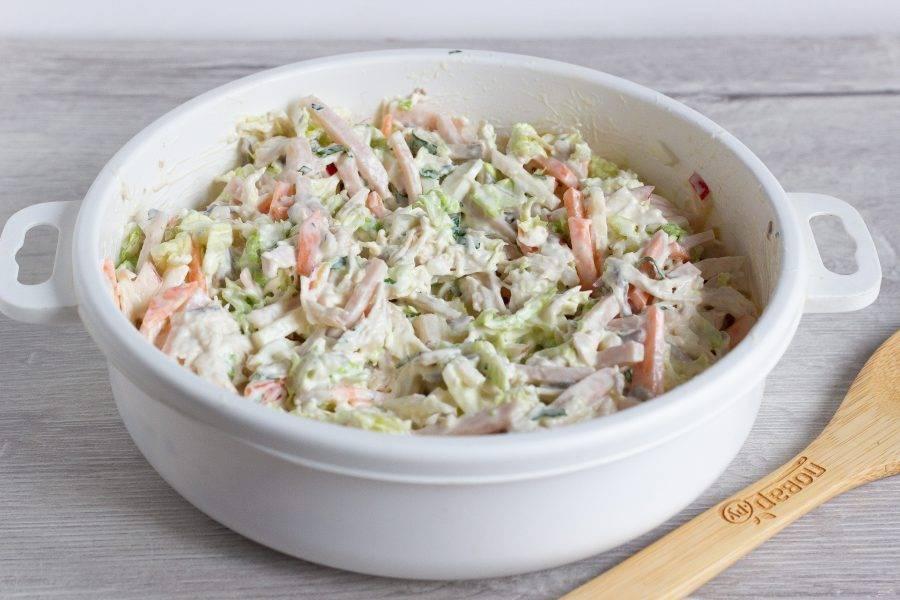 Добавьте грибы к основной массе салата, заправьте соусом и всё хорошо перемешайте.