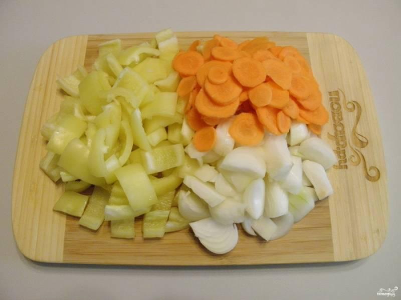 Очищенные овощи порежьте: лук и сладкий перец крупно, а вот морковь — тонкими кружочками.