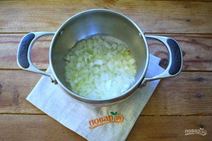 На растительном масле непосредственно в сотейнике обжарьте лук до легкого румянца.