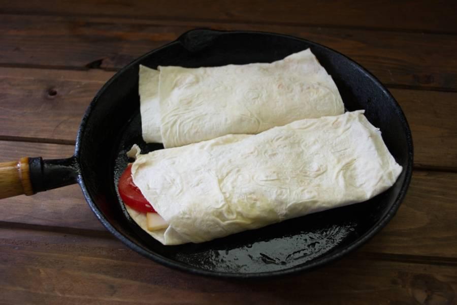 В сковороду влейте немного растительного масла и обжарьте с двух сторон.