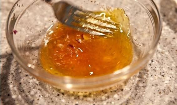 4. Рассол соединить с оливковым маслом. Добавить немного вустершского соуса и острого томатного. Как следует перемешать до однородности. Дополнить заправку можно измельченным чесноком по вкусу.