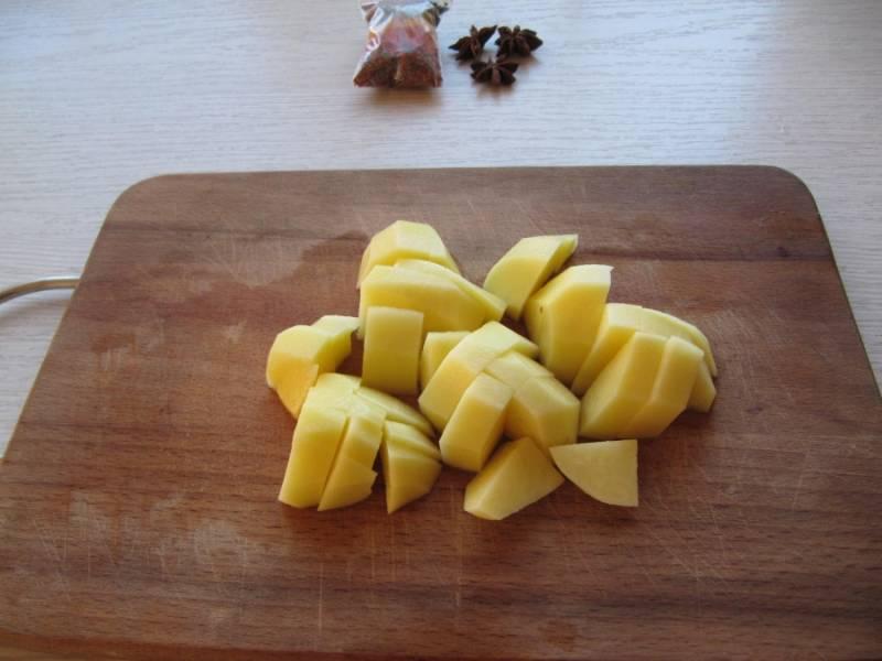Режем картошку кубиками и отправляем в бульон. А также варим лапшу параллельно.