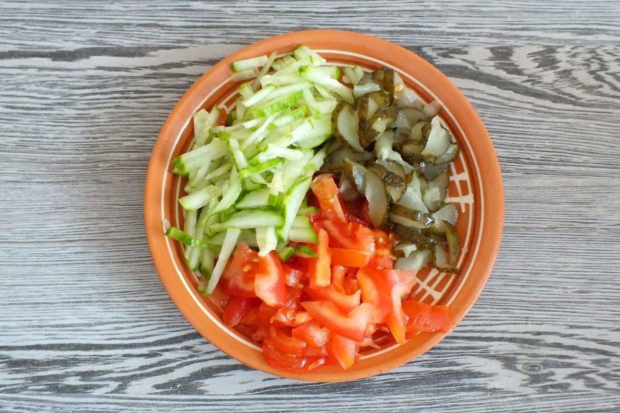 Огурцы (свежий и соленый), помидор нарежьте соломкой.
