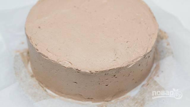 По кругу также хорошенько промазываем торт кремом, не забываем о бортах.