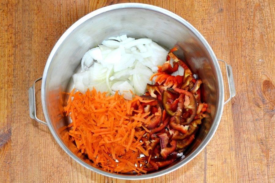 Нарежьте лук и сладкий перец тонкими ломтиками, морковь натрите на крупной терке.