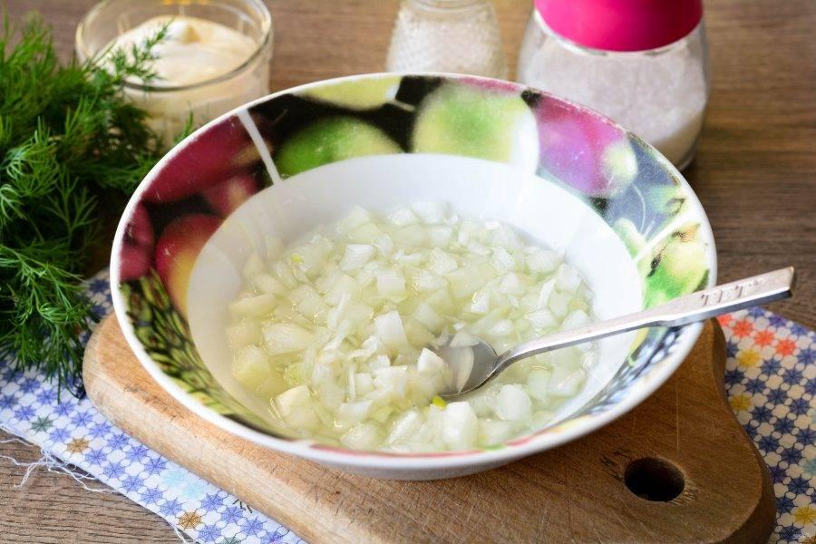 Репчатый лук нарежьте кубиками, залейте водой, смешанной с уксусом, солью и сахаром. Оставьте лук мариновать на 15 минут, затем жидкость слейте.