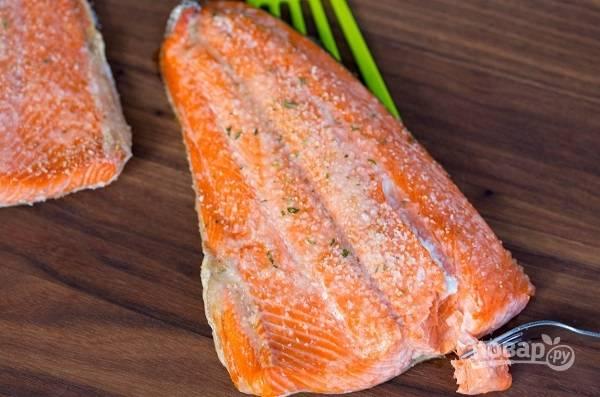 3. Очень важно красную рыбку не пересушить! Томите ее минут 10-15. После подавайте к столу с гарниром, соусом или овощами. Приятного аппетита!