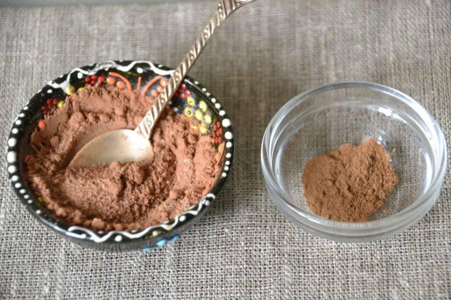Смешайте сахар с какао-порошком, добавьте корицу.
