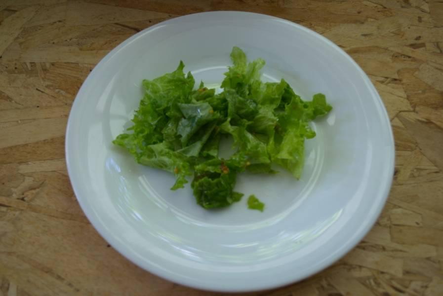 Заправьте салат заправкой. Выложите салатные листья на блюдо.