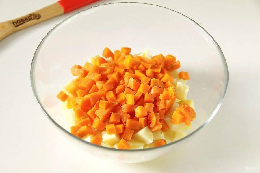 Добавьте нарезанную кубиками морковь.