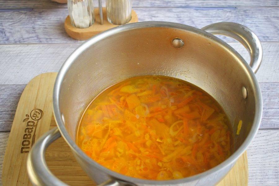 Влейте  горячую воду, доведите до кипения, варите на медленном огне до готовности овощей.