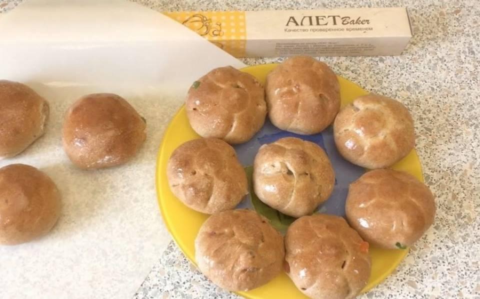 6. Теплые булочки смажьте глазурью. Приятного аппетита!