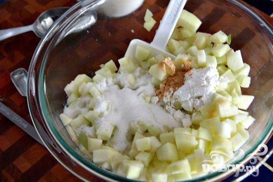 1. Разогреть духовку до 160 градусов. Смазать маслом квадратный противень. Чтобы приготовить начинку, нарезать яблоко кубиками. Смешать с сахаром, кукурузным крахмалом и имбирем.  Отставить в сторону.