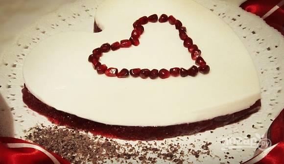 Когда желе застынет, переверните форму, чтобы его вытащить. Украсьте десерт тёртым шоколадом и гранатом. Приятной дегустации, дорогие влюблённые!