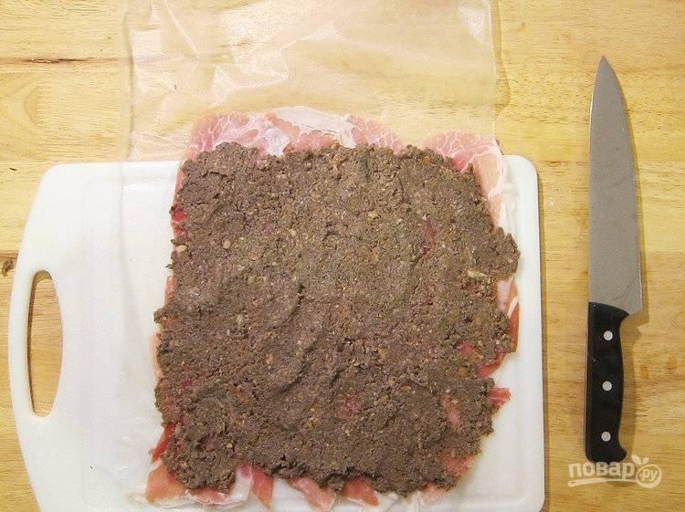 5.Распределите остывшее грибное пюре ровным слоем поверх прошутто.