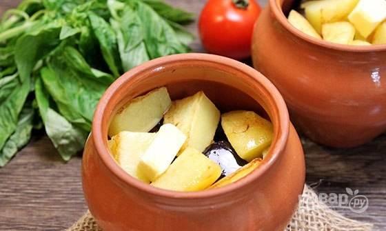Потом выложите баклажаны, картофель и ещё кусочек масла.