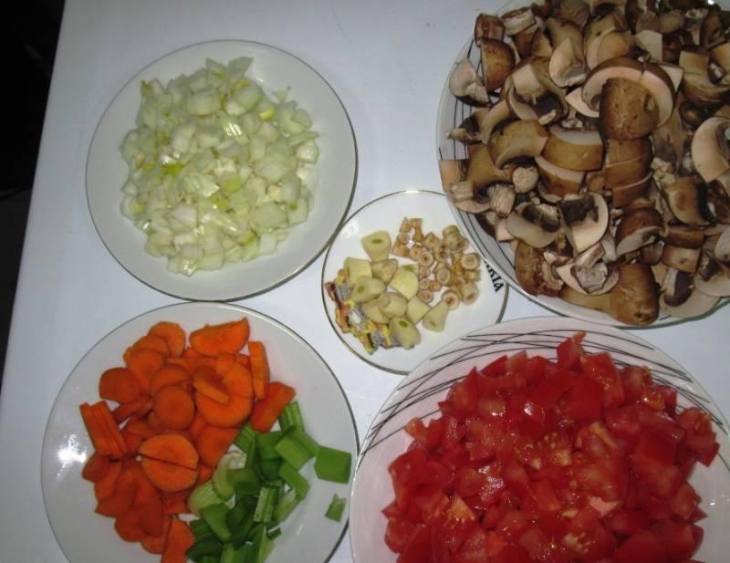 Порежьте лук, грибы, помидоры, чеснок, корень петрушки, морковь и сельдерей. Слегка обжарьте в оливковом масле чеснок и корень петрушки, затем выбросьте их из масла.