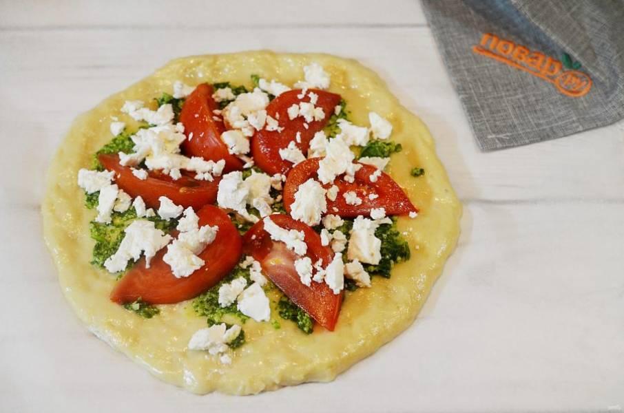 5. Покрошите на помидоры сыр.