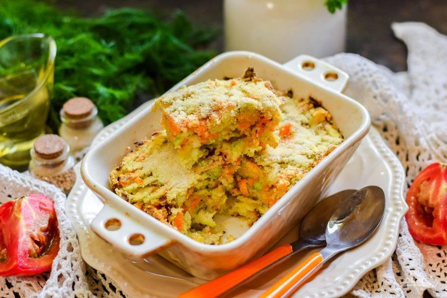 Готовый пирог прекрасно нарезается даже в горячем виде. Подавайте его к столу сразу.