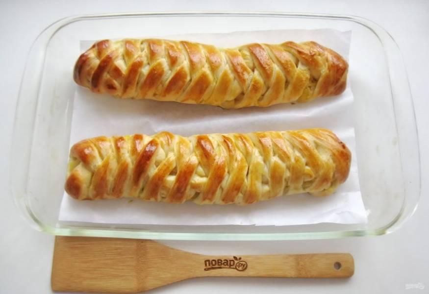 Пеките пироги в духовке, которую нужно предварительно разогреть до 175-180 градусов. На выпечку потребуется 35-40 минут.
