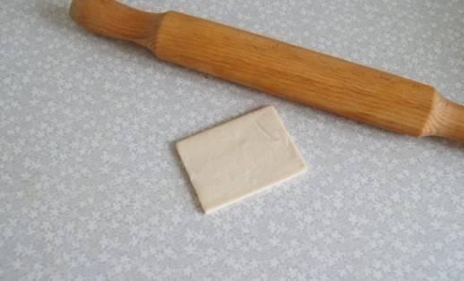 3. Каждый квадрат тонко раскатайте.