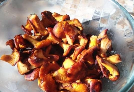 2. После варки грибов отправьте их жариться на оливковом масле. Огонь сделайте слабый и накройте крышкой. Жарим до готовности, после чего добавляем сливки и тушим на слабом огне еще 10 минут.