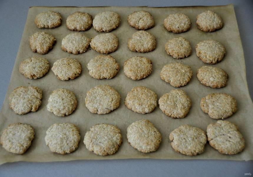 Выпекайте печенье при температуре 180 градусов около 10 минут, следите за готовностью. Дайте готовому печенью полностью остыть на листе для выпечки.