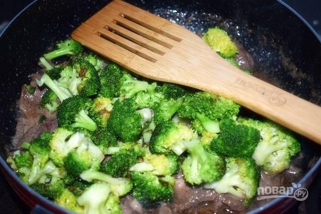Затем добавьте брокколи, перемешайте и готовьте еще 3 минуты.